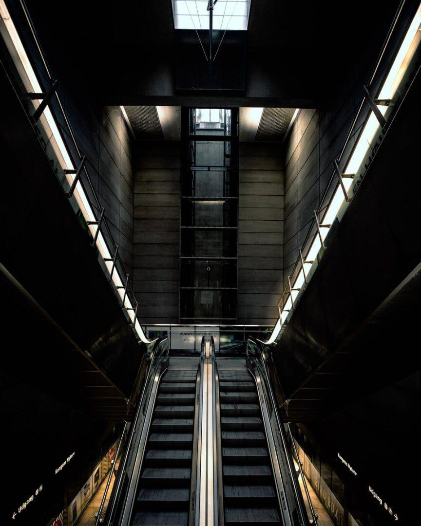 Zejście do pociągów podziemnych łączących Kopenhagę i Malmo