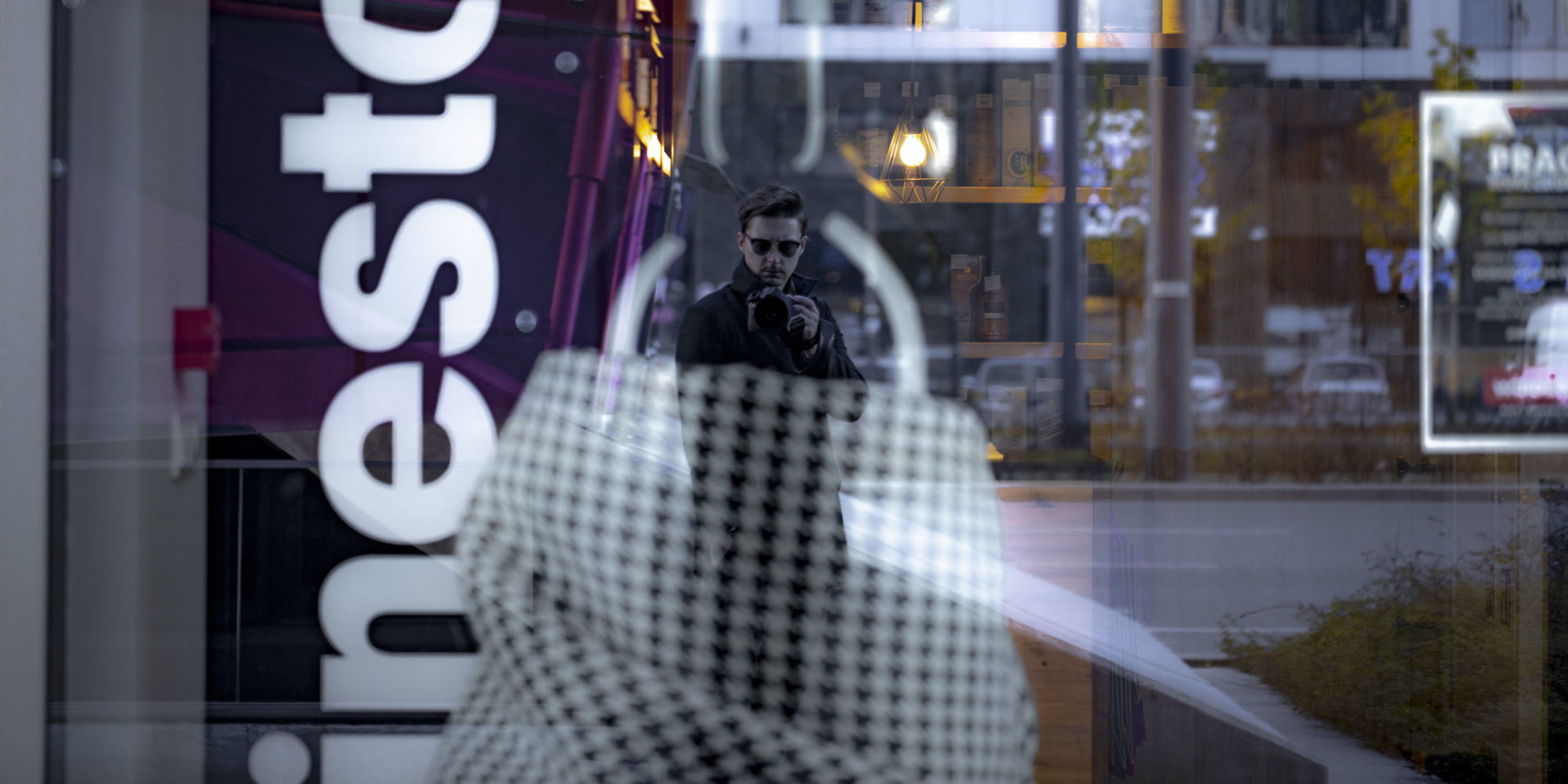 Dariusz Goldmann w odbicu szyby przy metrze