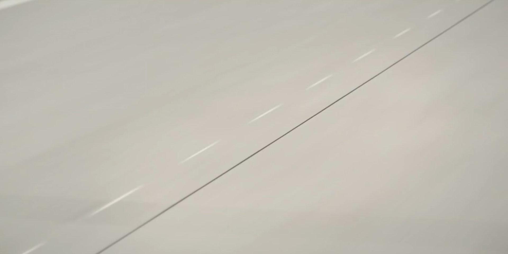 Ruch betonowej ulicy z widoku jadadzego samochodu skodan